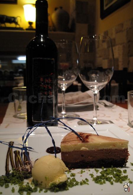 Botella de vino y postre de tres chocolates totalmente... ¡Gratis! en El Pedrusco de Aldealcorvo - © Cucharete.com